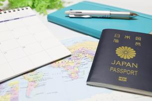 パスポートとカレンダーの写真素材 [FYI04804928]