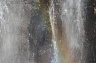 流れ落ちる滝にかかる虹の写真素材 [FYI04805205]