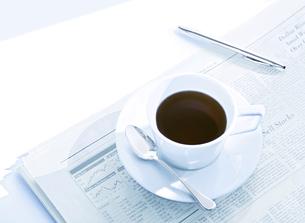 新聞とコーヒーカップの写真素材 [FYI04805380]