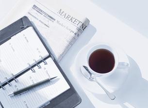 手帳と新聞とコーヒーの写真素材 [FYI04805383]