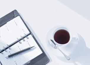 システム手帳とコーヒーの写真素材 [FYI04805384]