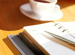 システム手帳とコーヒーの写真素材 [FYI04805387]