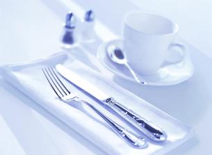 コーヒーカップとカトラリーの写真素材 [FYI04805395]