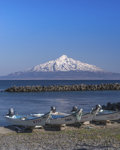 雪の残る利尻富士の写真素材 [FYI04805459]