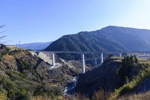 新阿蘇大橋 震災復興の架け橋 の写真素材 [FYI04805485]