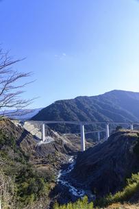 新阿蘇大橋 震災復興の架け橋 の写真素材 [FYI04805492]