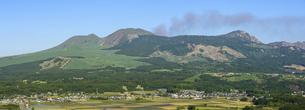 美しい晴天空を背景に阿蘇五岳 阿蘇山風景 新緑 初夏の写真素材 [FYI04805639]