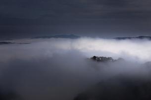 雲に沈む備中松山城。の写真素材 [FYI04805665]
