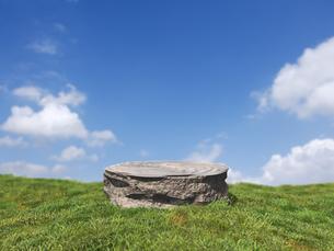 晴れた草原と丸いステージのイラスト素材 [FYI04805787]