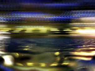 高速移動する鮮やかな光芒の水面反射のイラスト素材 [FYI04805847]