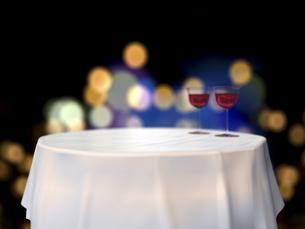 円卓とワイングラスと鮮やかな街明かりのイラスト素材 [FYI04805855]