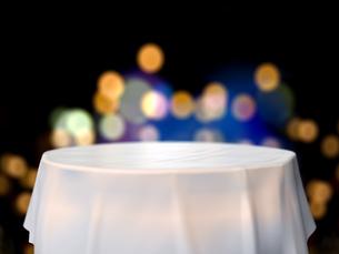 円卓と鮮やかな街明かりのイラスト素材 [FYI04805856]