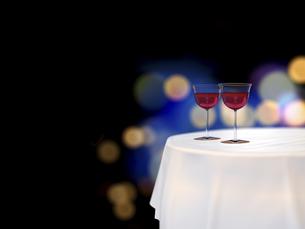 円卓とワイングラスと鮮やかな街明かりのイラスト素材 [FYI04805857]