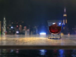 カウンターテーブルとウイスキーグラスと都市の夜景のイラスト素材 [FYI04805861]