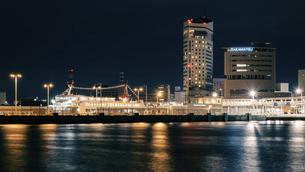 【香川県 高松市】夜の高松港の都市風景 サンポート高松の写真素材 [FYI04806042]