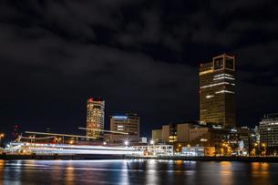 【香川県 高松市】夜の高松港の都市風景 サンポート高松の写真素材 [FYI04806043]
