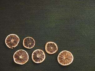 複数のオレンジ・ドライフルーツの断面。の写真素材 [FYI04806070]