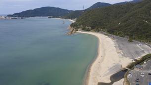 福井県 水晶浜海水浴場 ドローン空撮の写真素材 [FYI04806092]