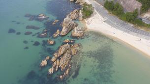 福井県 水晶浜海水浴場 ドローン空撮の写真素材 [FYI04806093]
