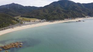 福井県 水晶浜海水浴場 ドローン空撮の写真素材 [FYI04806095]