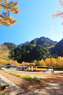 秋の上高地 バスターミナルの紅葉と六百山の写真素材 [FYI04806181]
