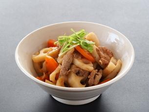 蓮根と人参と豚肉の炒め物の写真素材 [FYI04806218]