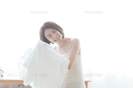 タオルで髪の毛を拭く女性の写真素材 [FYI04806235]
