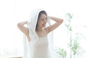 タオルで髪の毛を拭く女性の写真素材 [FYI04806236]