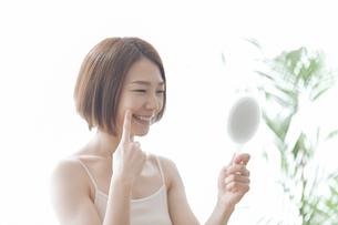 鏡を見る女性の写真素材 [FYI04806240]