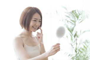 鏡を見る女性の写真素材 [FYI04806241]