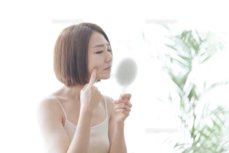 鏡を見る女性の写真素材 [FYI04806242]