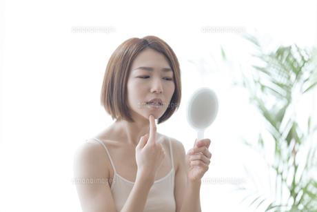 鏡を見る女性の写真素材 [FYI04806243]