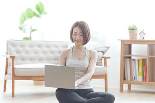 パソコンを見る女性の写真素材 [FYI04806261]
