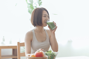 青汁を飲む女性の写真素材 [FYI04806264]