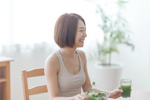 サラダを食べる女性の写真素材 [FYI04806265]