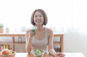 青汁を飲む女性の写真素材 [FYI04806266]