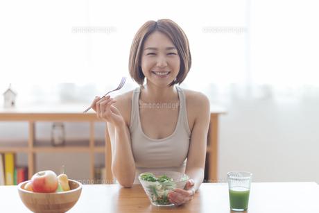 サラダを食べる女性の写真素材 [FYI04806267]