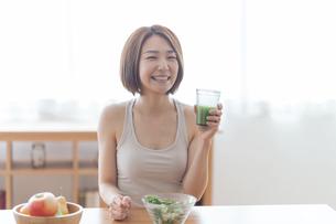 青汁を飲む女性の写真素材 [FYI04806268]
