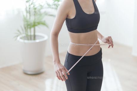 ウエストのサイズを測る女性の写真素材 [FYI04806269]