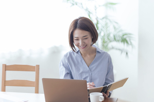 パソコンを見る女性の写真素材 [FYI04806270]