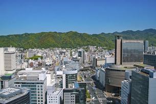 神戸・三宮の街並みと六甲山系の写真素材 [FYI04806314]