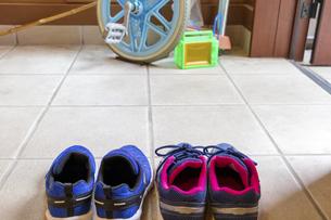 玄関に並べられた子供の靴の写真素材 [FYI04806496]