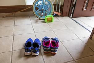 子供の靴と遊び道具の写真素材 [FYI04806497]