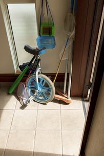 扉が開いた玄関と子供の遊び道具の写真素材 [FYI04806500]