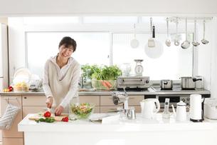 主婦 調理 キッチンの写真素材 [FYI04806765]