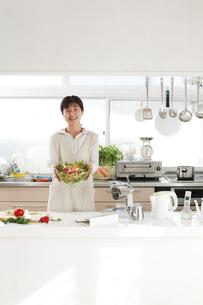 主婦 キッチン サラダの写真素材 [FYI04806768]
