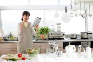 キッチン 主婦 タブレット 検索の写真素材 [FYI04806775]
