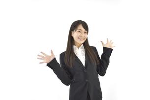 両手を広げて喜んでいるスーツの女性 白背景の写真素材 [FYI04807463]