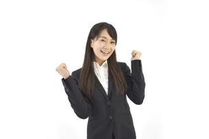 ガッツポーズで成功を喜んでいるスーツの女性 白背景の写真素材 [FYI04807464]