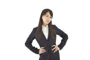 両手を腰に置いて怒るスーツの女性の写真素材 [FYI04807465]